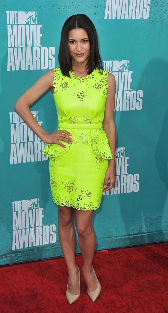 Neonová šaty Joy Cioci v podání Julie Jones.