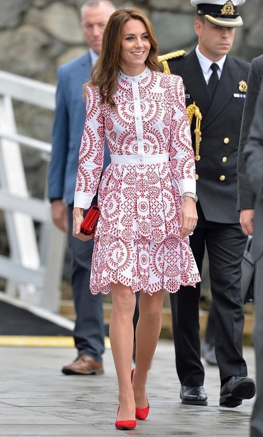 Kate nadělala parádu v šatech za 125 tisíc.