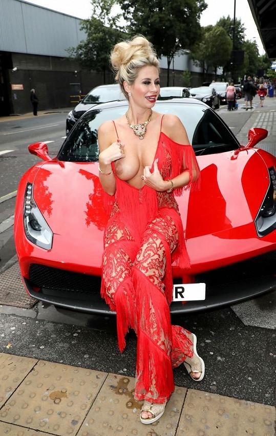 Ester Dohnalová, která je známá spíše jako Ester Dee, na All About the Beach launch party v Londýně neuhlídala své vnady. Náhoda?