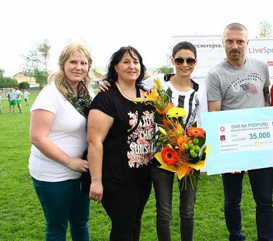 Tomáš a Vlaďka převzali na fotbalovém utkání šek pro nadaci.