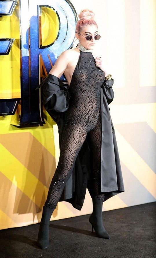"""Na londýnské premiéře marvelovky """"Black Panther"""" se předvedla ve velmi zajímavém a sexy outfitu."""