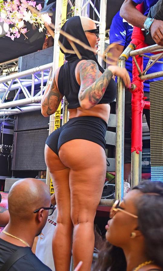 Amber Rose odjela na karneval až do Trinidadu.