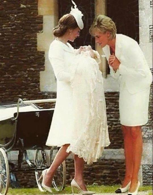 Tento mix fotografie z křtin malé princezny Charlotte, která je zkombinovaná se snímkem princezny Diany z roku 1997, sdílelo na sociálních sítích za pár dní více jak 260 000 lidí.