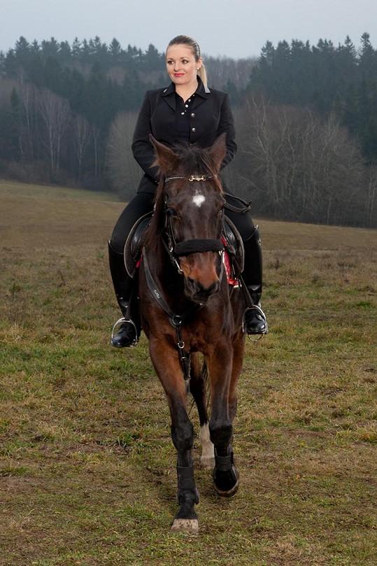 Kateřina seděla na koni jak profesionální jezdkyně.