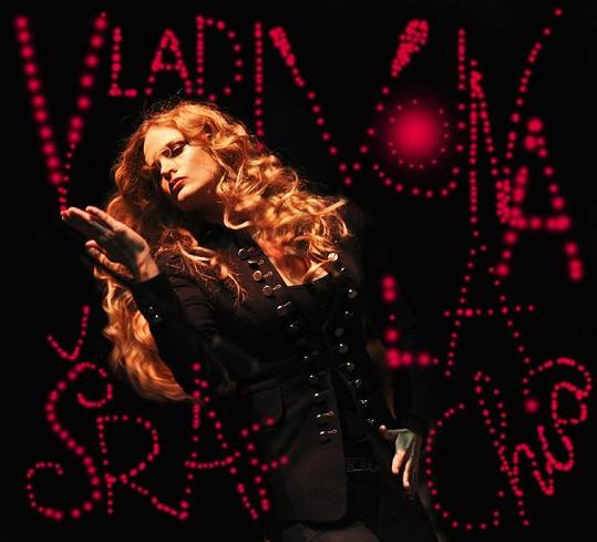Tak zpěvačka vypadá na přebalu své nové desky.