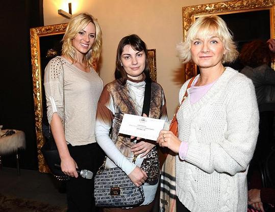 Na opening párty Nikol předávala s majitelkou Annou Mayzus šek na 100 tisíc korun Kapce naděje do rukou ředitelky Elen Švarcové.