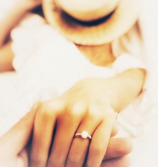 Herec se pochlubil zásnubním prstýnkem, který své partnerce navléknul.