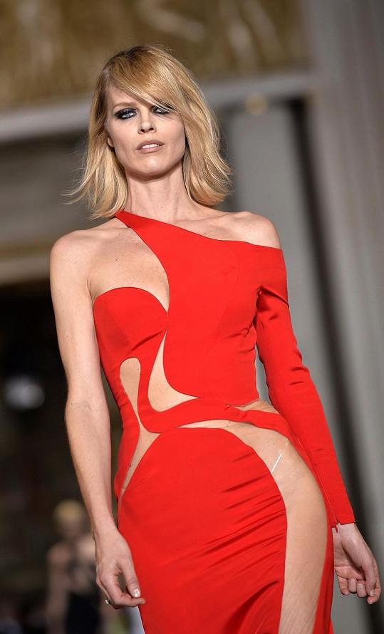 I když byste byli ochotni sáhnout si hluboko do kapsy, tak si úplně přesné šaty předváděné Evou Herzigovu bohužel nebudete moct pořídit. Jedná se totiž o Couture model v jednom vyhotovení.
