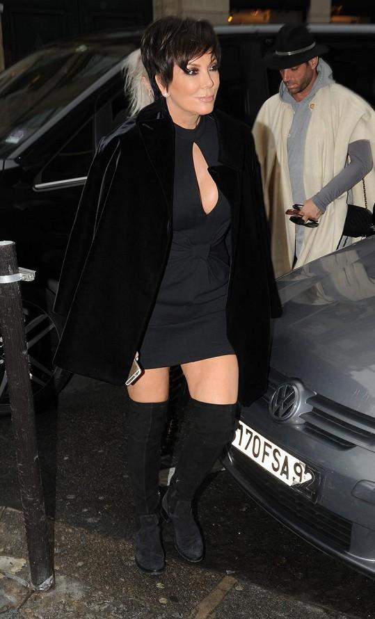 Téměř v šedesáti si Kris Jenner může dovolit odhalit stehna.
