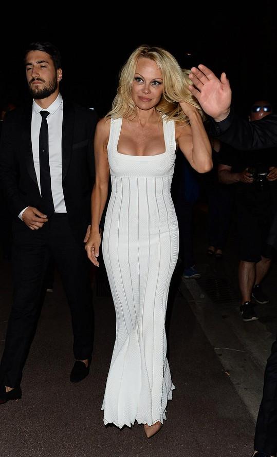 Pamela Anderson je proslulá díky silikonům.