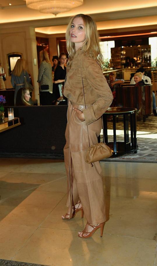 Na prezentaci kolekce Liběny Rochové dorazila modelka Gréta Slezáková v semišové oversized košili a kožených cargo kalhotách od své dvorní návrhářky Ivany Mentlové. Vše sladila s kabelkou Bottega Veneta a střevíci Manolo Blahnik.