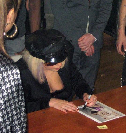 Lady Gaga při autogramiádě v roce 2009 potěšila fanoušky pohledem na své přednosti v americkém Portlandu.