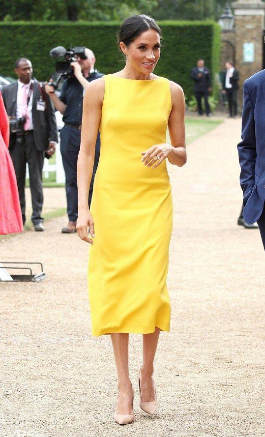 Meghan oblékla žluté šaty.