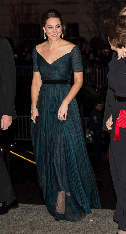 Kate pomocí vkusných šatů zamaskovala vzdouvající se bříško.