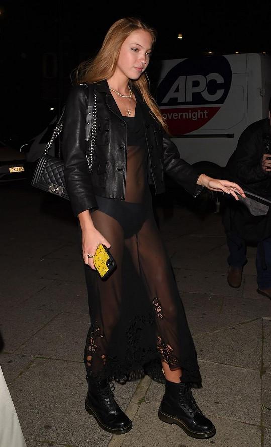Lily Grace také vyrazila na večírek v průhledných šatech.