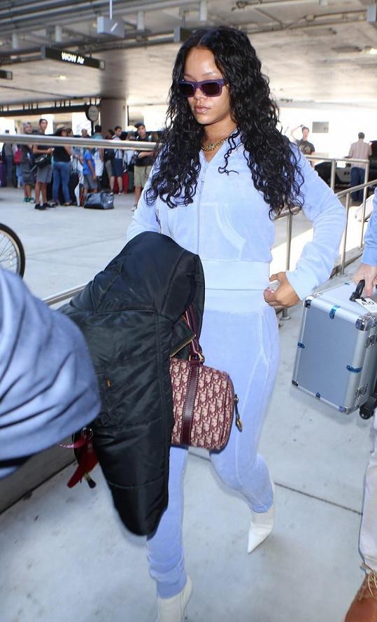 Rihanna přichází na kontrolní stanoviště letiště Los Angeles.