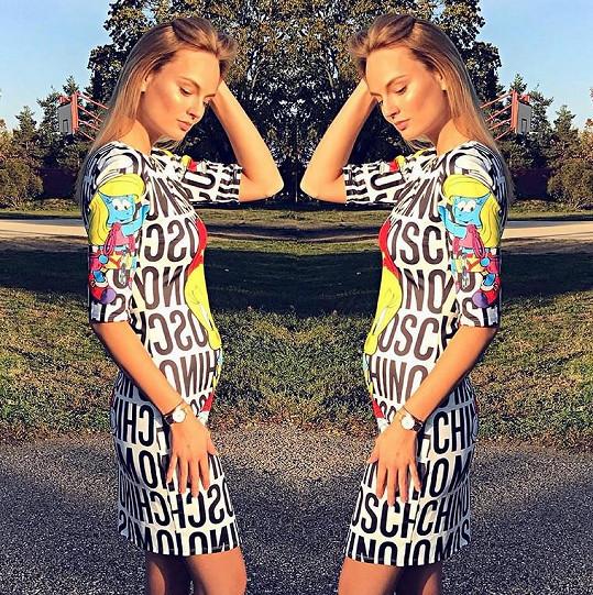 Těhotenství už je na modelce vidět.
