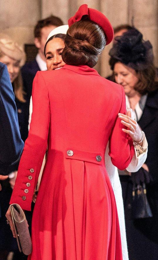 Kate a Meghan se ve Westminsterském opatství přivítaly objetím.