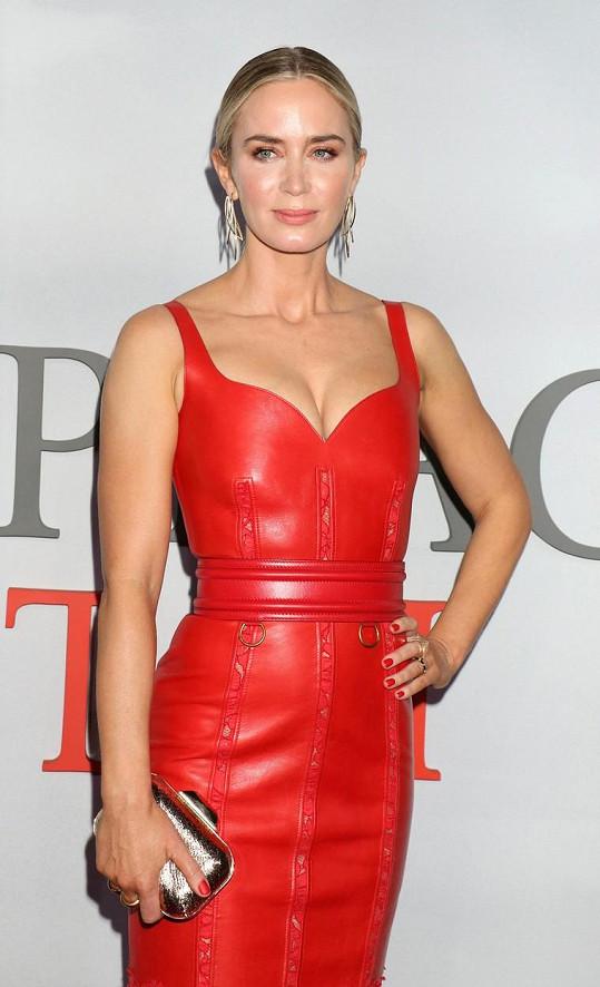 Emily Blunt dorazila na premiéru druhého dílu hororového snímku v červeném.