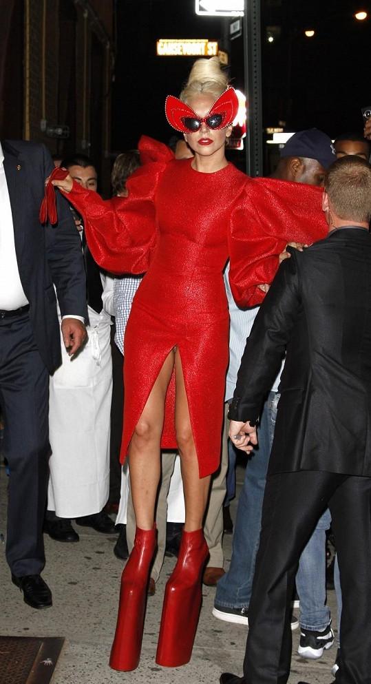 Lady Gaga bez kalhotek.