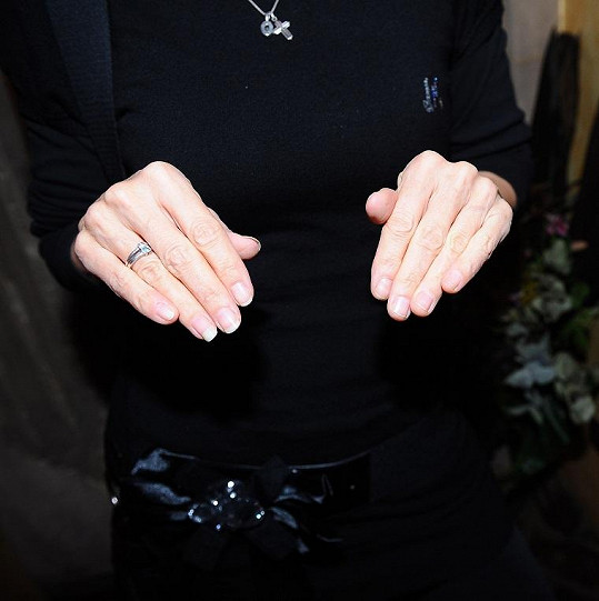 Na jedné ruce má krátké, na druhé dlouhé nehty.