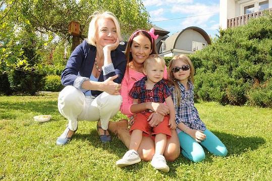 Veronika s dcerami Agátou a Kordulkou a vnukem Kryšpínem.