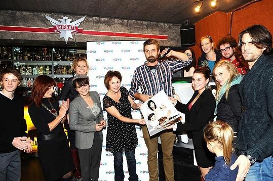 Seriálové hvězdy s autorem fotografií Danem Zahrádkou (zcela vpravo).