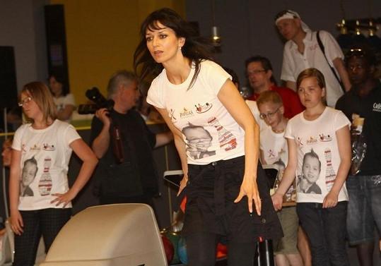 Adéla na bowlingu.