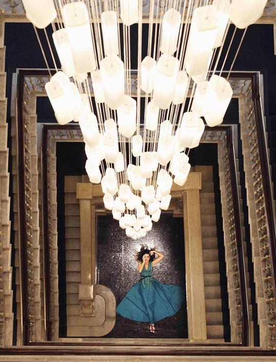 Fotograf využil krásné interiéry hotelu.