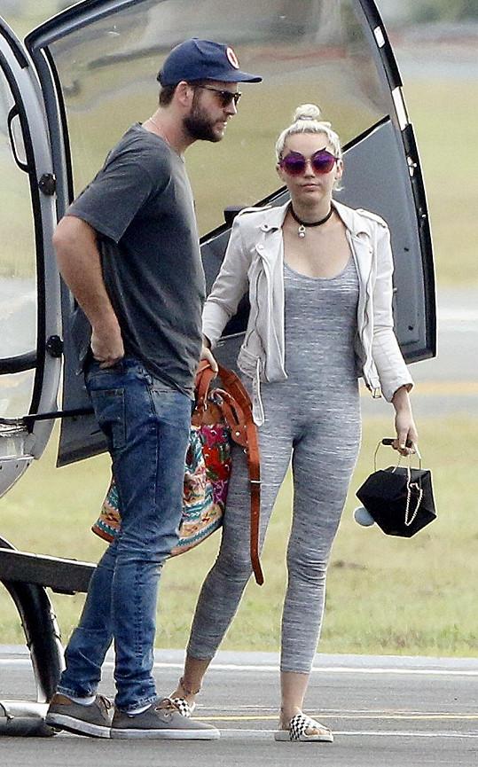 Miley s Liamem Hemsworthem v pondělí odcestovali zpátky do Los Angeles.