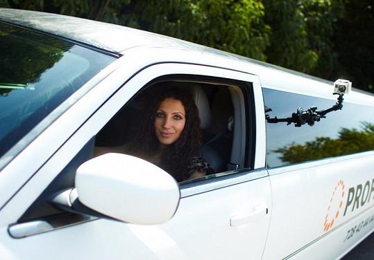 Olga Lounová řídí závodní auťáky, a tak pro ni nebyl vůbec žádný problém sednout za volant limuzíny.