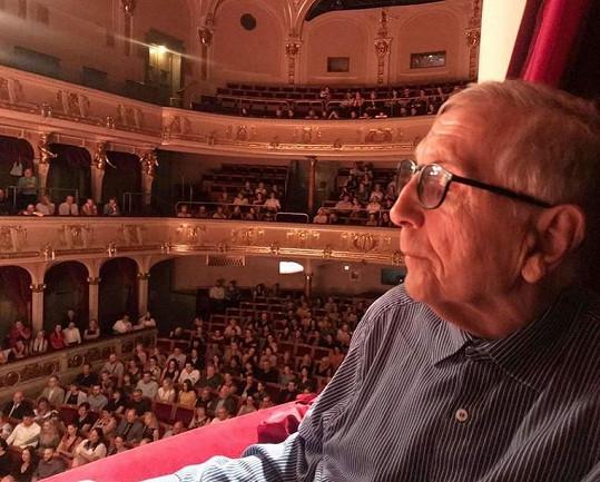V červnu byl pro změnu na představení ve vinohradském divadle.