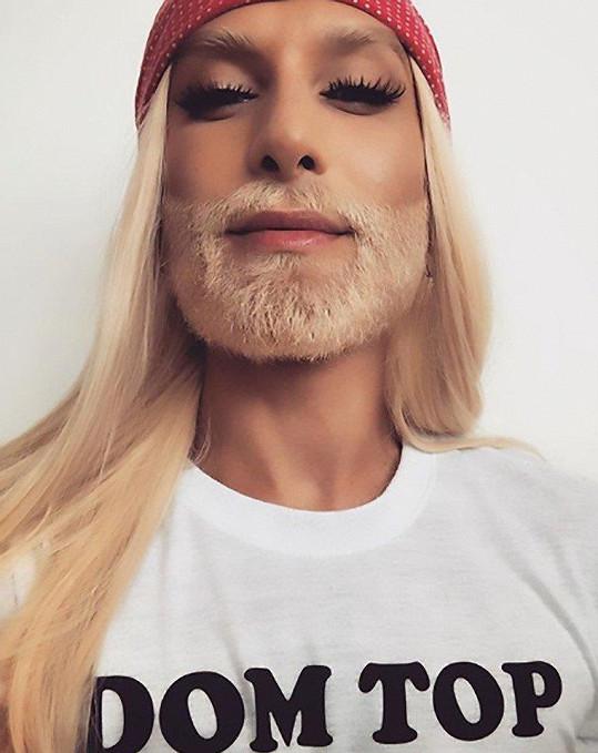 I vousy má blonďaté.
