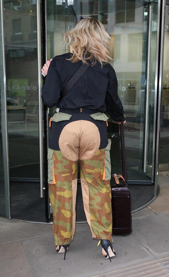 Na ulici ji v této uniformě nebylo možné přehlédnout.