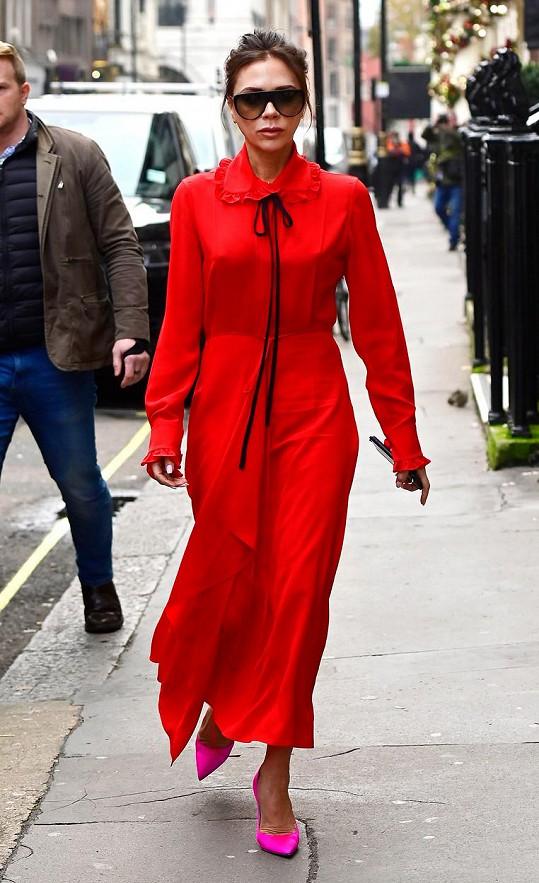 V šatech ze své vlastní kolekce vyrazila do svého obchodu v centru Londýna.