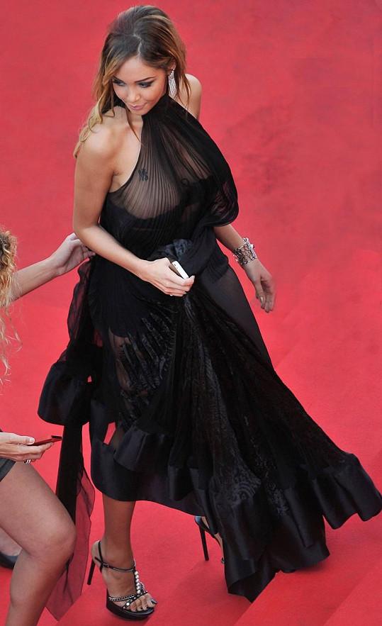Pro modelku Nabillu Benattiu to před dvěma lety mohla být skvělá příležitost oslnit. Místo toho ji upozorňovali na padající podprsenku pod průsvitnými šaty...