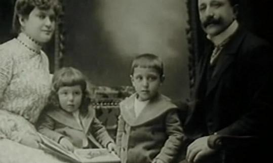Rodinka Haasova na začátku století. Malý Hugo na matčině klíně připomíná spíše holčičku.