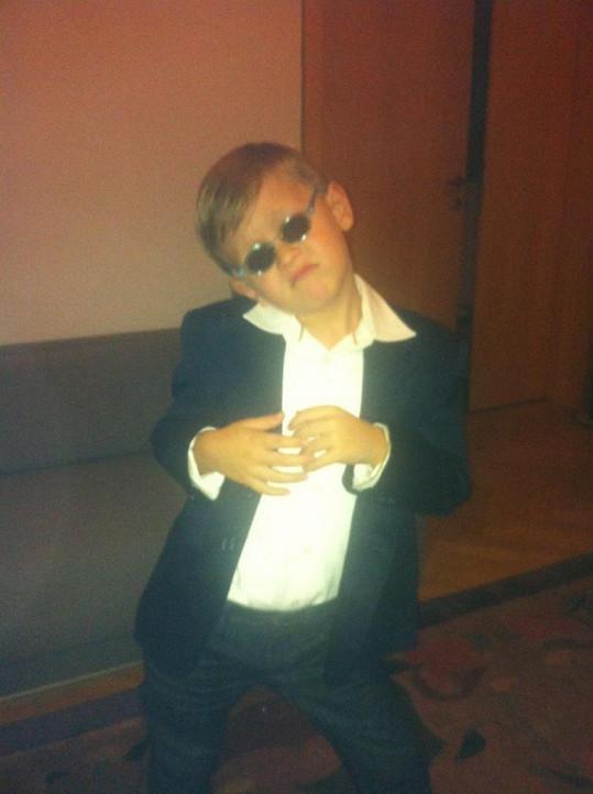 Kristian Kokta napodobuje Eltona Johna.