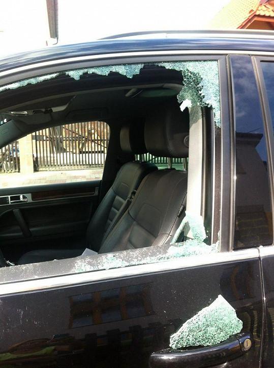 Rozbité okénko viděla Eva jako první.