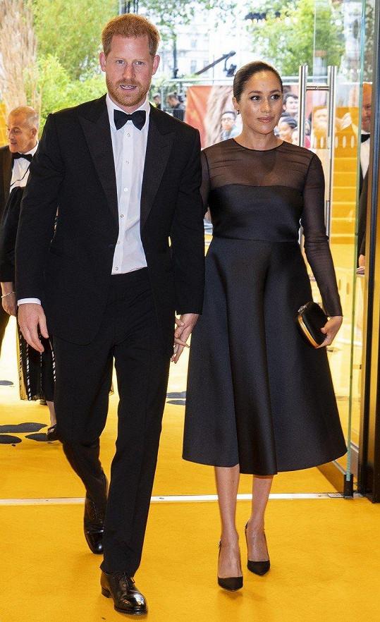 Vévoda a vévodkyně ze Sussexu dorazili na londýnskou premiéru Lvího krále.