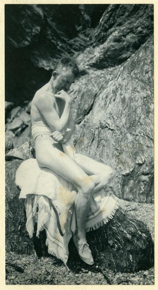 Odhalený G. B. Shaw v přírodě.