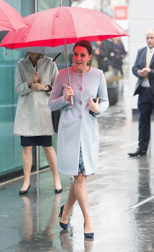 V dešti vyrazila na návštěvu nemocnice.