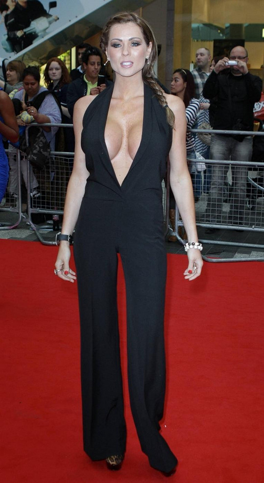 Britská glamour modelka v overalu s hlubokým výstřihem.