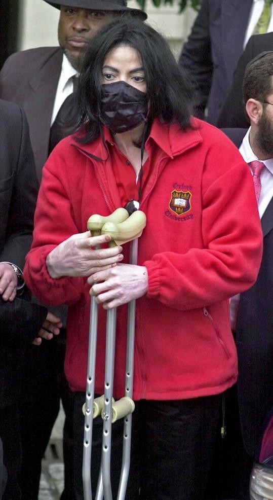 Michael Jackson v černé roušce.