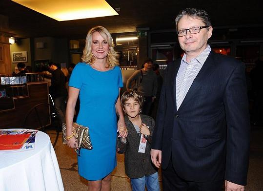 Vendula s partnerem Vladimírem Waasem a synem Jakubem na premiéře Mary Poppins.