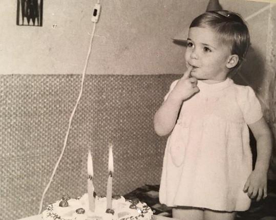 Zpěvačka se v den svých narozenin pochlubila fotkou z dětství.