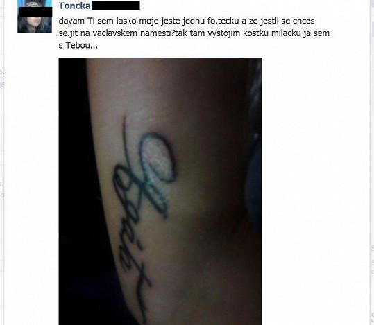 Dívka si kvůli své idolce udělala tetování s jejím jménem.