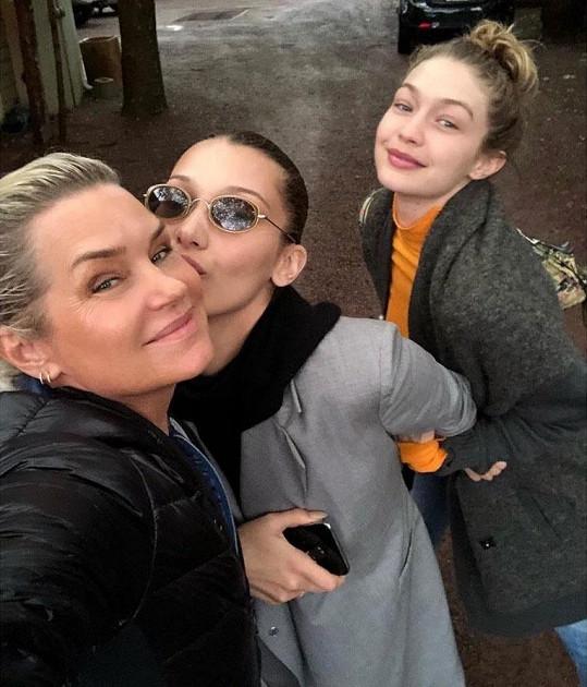 Bella (uprostřed) se sestrou Gigi a matkou Yolandou
