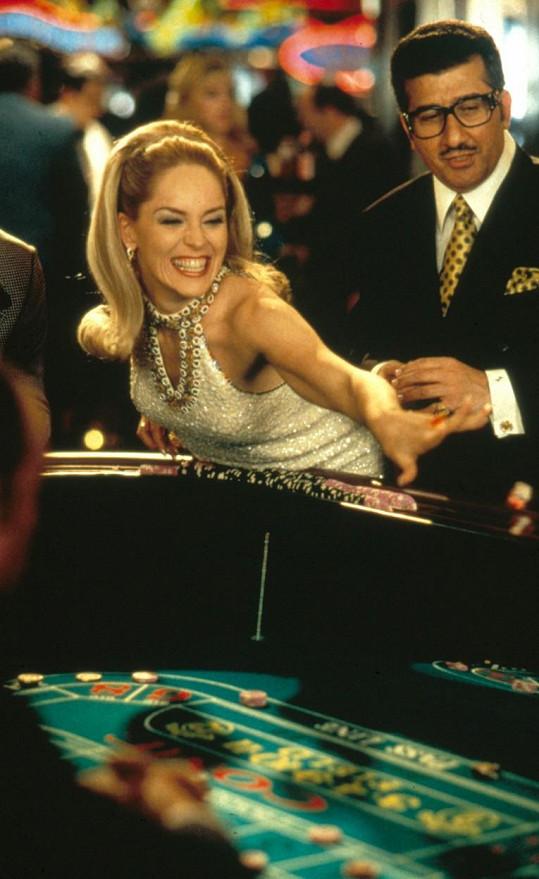 U Sharon Stone našla Adele inspiraci na svůj stylový účes. Takhle herečka vypadala ve filmu Casino.