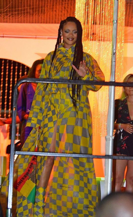 Její outfit nevypadal tak odvážně, dokud byl plášť zapnutý.